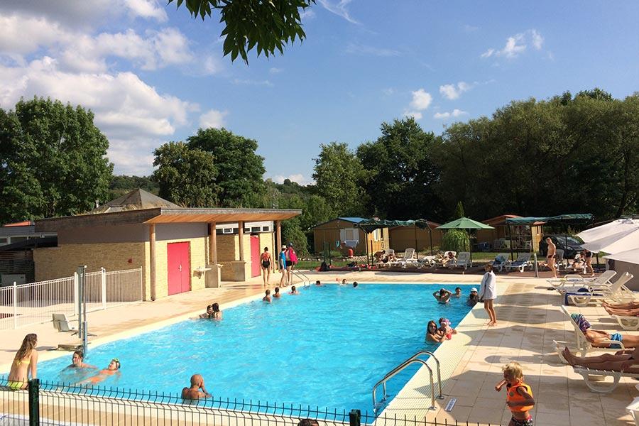 La piscine chauffée et le solarium du Camping